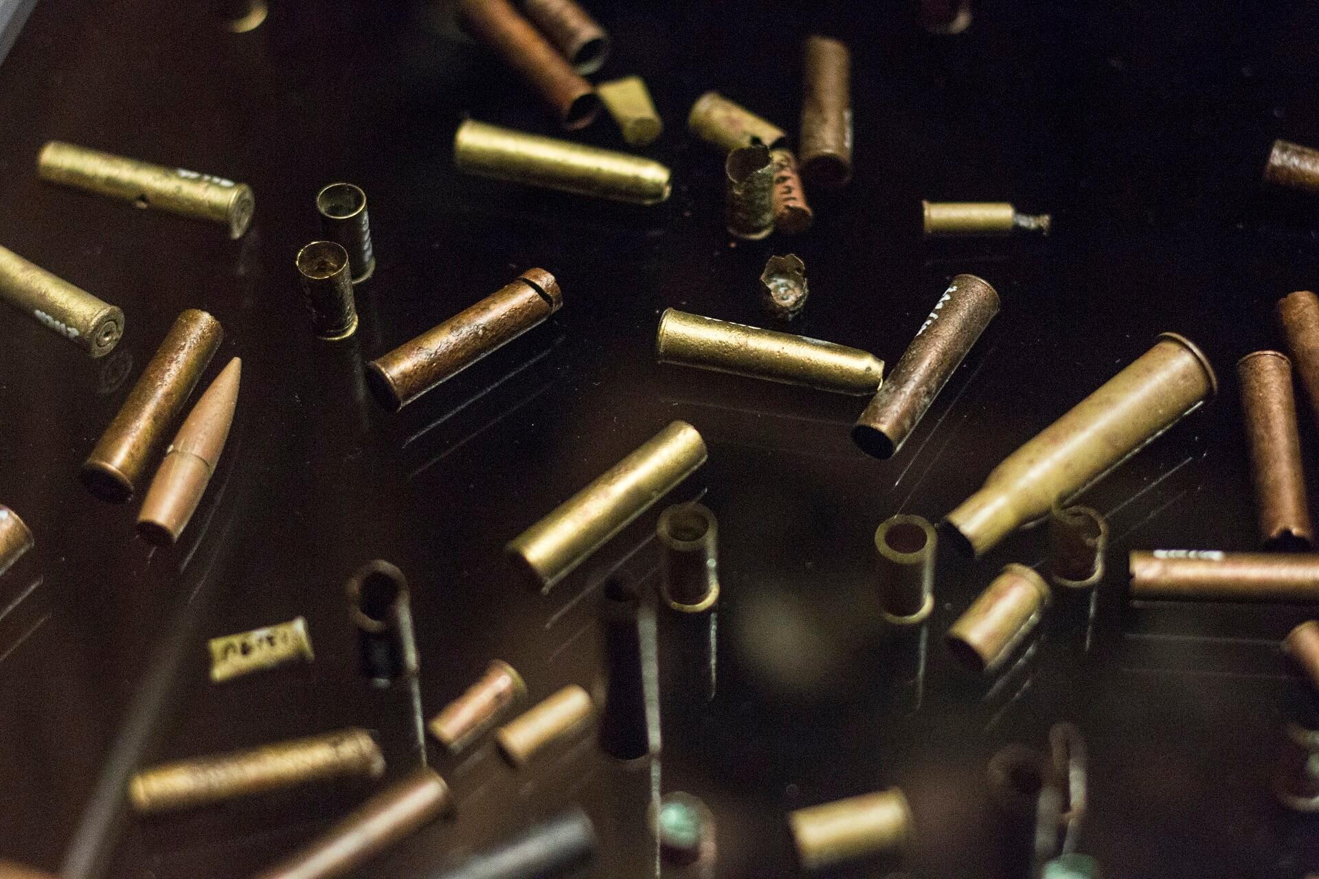 Zdjęcie przedstawiające łuski oraz naboje w gablocie w Muzeum Katyńskim. Fot. Agata Dziemian