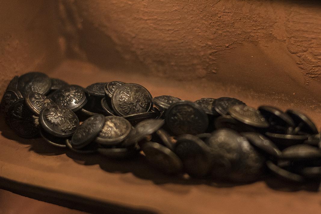 """""""Relikwiarze"""" w Muzeum Katyńskim zawierają przedmioty wydobyte z dołów śmierci. Na zdjęciu relikwiarz ze zbiorem co najmniej kilkudziesięciu guzików od mundurów polskich oficerów. Fot. Agata Dziemian"""