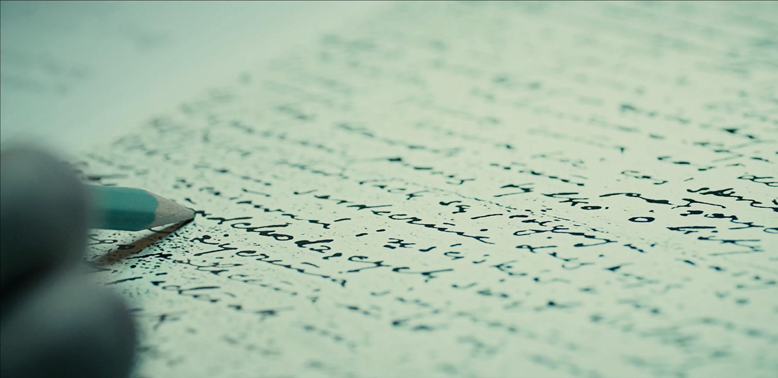 Zdjęcie przedstawiające pisanie ołówkiem po kartce papieru