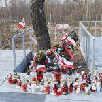 Zdjęcie naktórymwidać znicze zapalone przezmłodzież - uczestników Marszu Pamięci namiejscu katastrofy podSmoleńskiem.