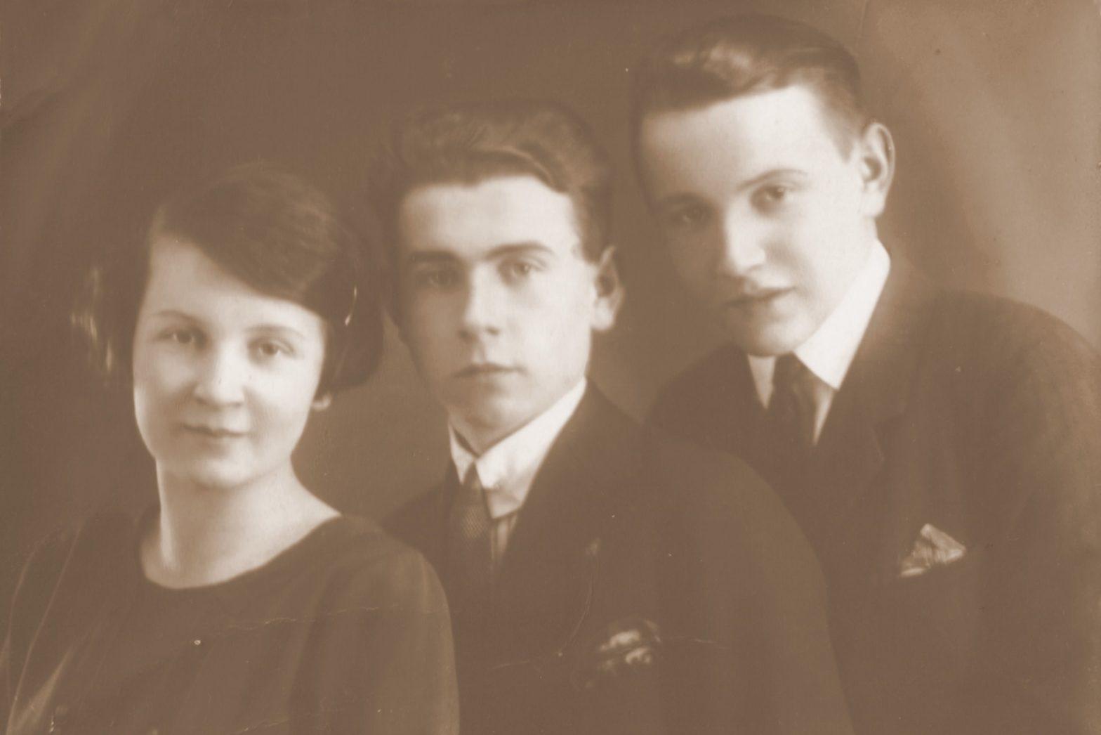 Fotografia przedstawiająca Stanisława Siweckiego w wiku maturalnym z rodzeństwem: młodszymi o kilka lat bratem i siostrą.