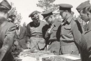 Anglojęzyczni jeńcy wojenni wtrakcie wizyty podczas ekshumacji wKatyniu, maj 1943, domena publiczna