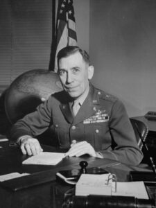 Portret: generał Clayton L. Bissel, szef wywiadu wojskowego USA, którynakazał utajnić raport Van Vlieta iwten sposób ukryć dowody odpowiedzialności sowieckiej zaZbrodnię Katyńską